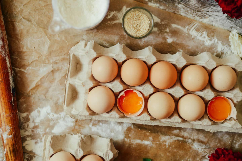 Eierkarton mit Eiern