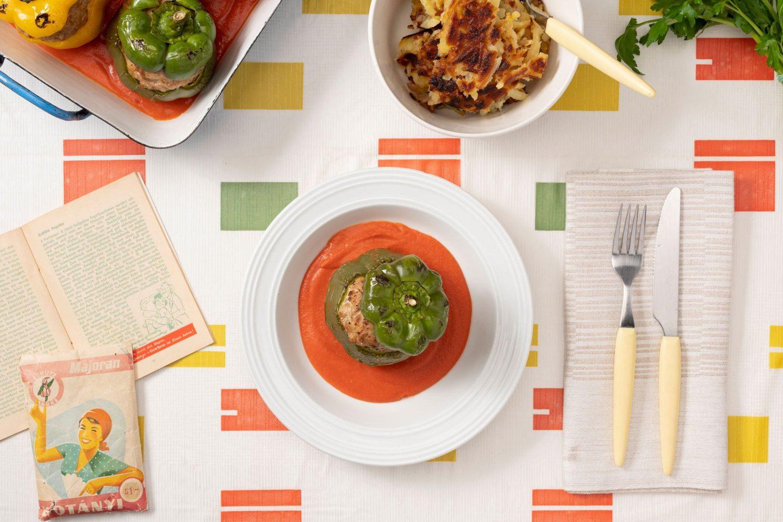 Фарширований м'ясом болгарський перець, приправлений майораном і заправлений томатним соусом.
