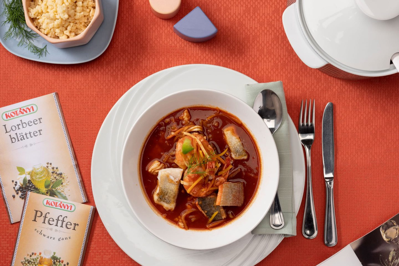 Риба та молюски в бульйоні з паприкою, а також пакетики для лаврового листа й перцю.