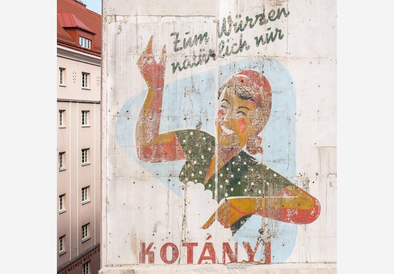 Фасад будівлі у Відні з рекламою Kotányi.