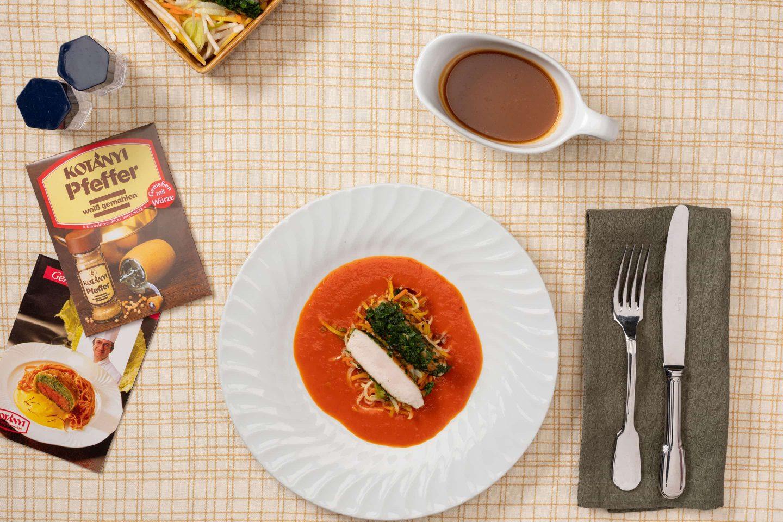 Сідло кролика у вершковому соусі з паприкою та овочами, поруч упаковка білого перцю.
